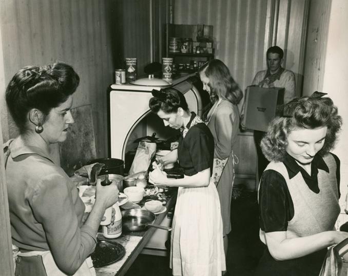 Communal_kitchen_Feb_1946_AC112_Box_MP166_Image_4078
