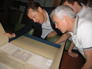 Baz Luhrmann, right, exam­ines F. Scott Fitzgerald's papers. Not to be repro­duced with­out per­mis­sion of the Prince­ton Uni­ver­sity Library.